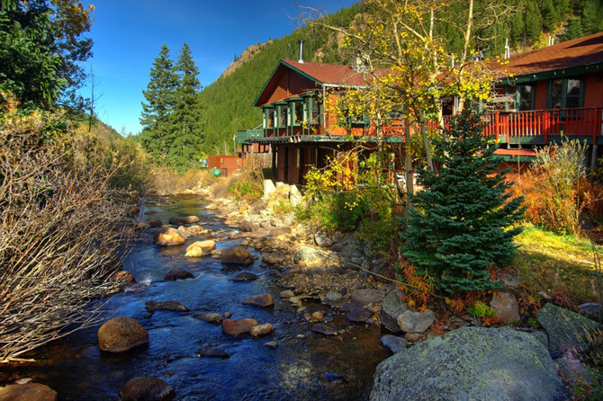 Beautiful Lodge next to river at Peaceful Valley Resort in Lyons, Colorado