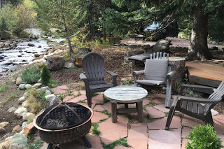 River Bend Retreat is along St. Vrain River with a patio and portable fire pit in Allenspark, Colorado